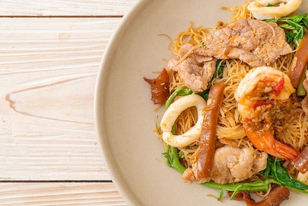 Aletria de arroz frito e mimosa de água com carne mista