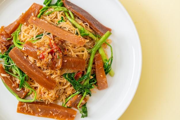 Aletria de arroz frito e mimosa de água com lula em conserva - comida asiática