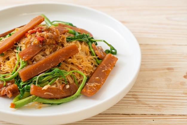 Aletria de arroz frito e mimosa de água com lula em conserva