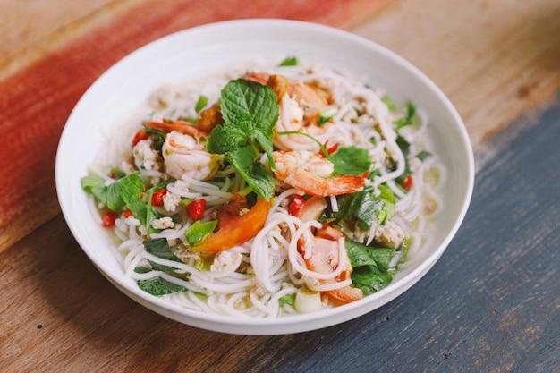 Aletria de arroz picante com camarão, carne de porco picada e pimentão