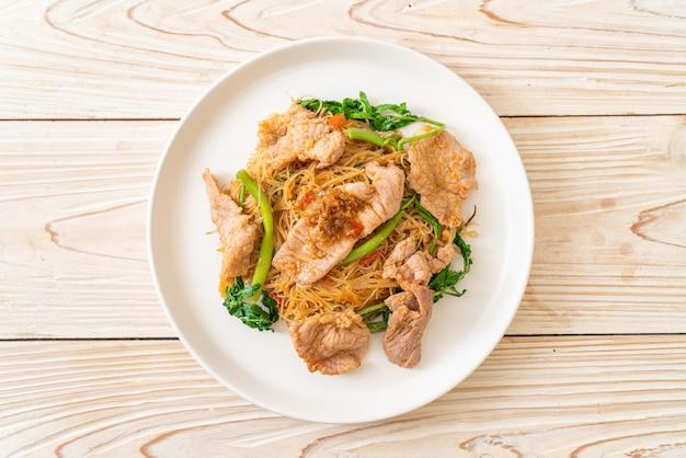 Aletria de arroz salteado e mimosa de água com carne de porco