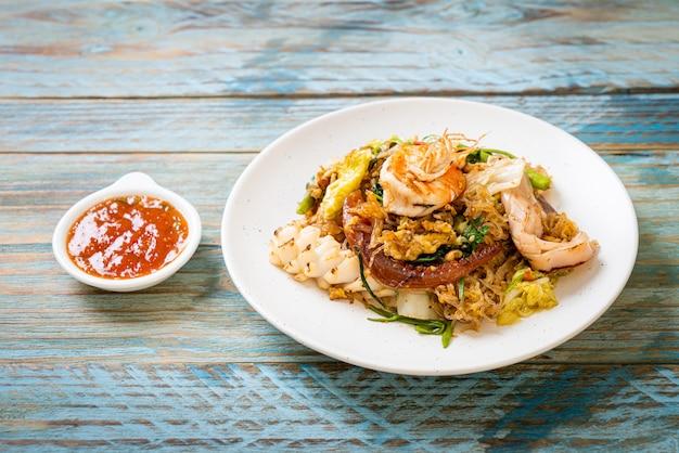 Aletria frita com legumes e frutos do mar em molho sukiyaki
