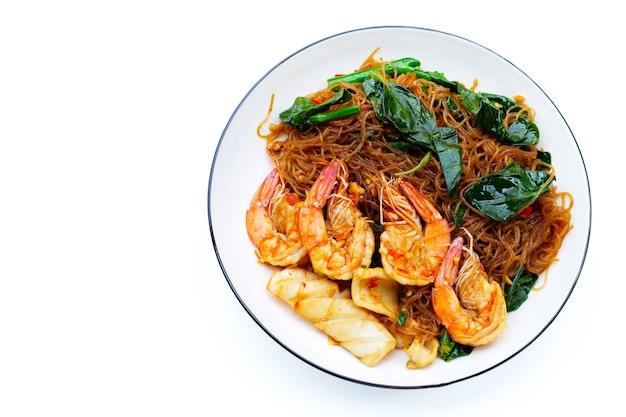 Aletria picante frita com folhas de manjericão e frutos do mar