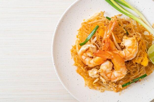 Aletria tailandesa ou aletria frita com camarões - estilo de comida tailandesa