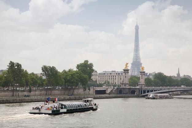 Alexandre a terceira ponte sobre o rio sena, frança