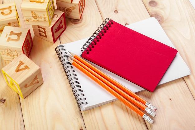 Alfabeto abc com caderno de papel