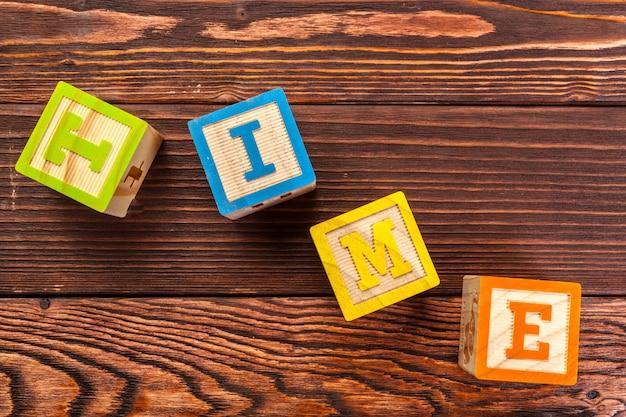 Alfabeto bloco de madeira deitar no chão de madeira, palavra