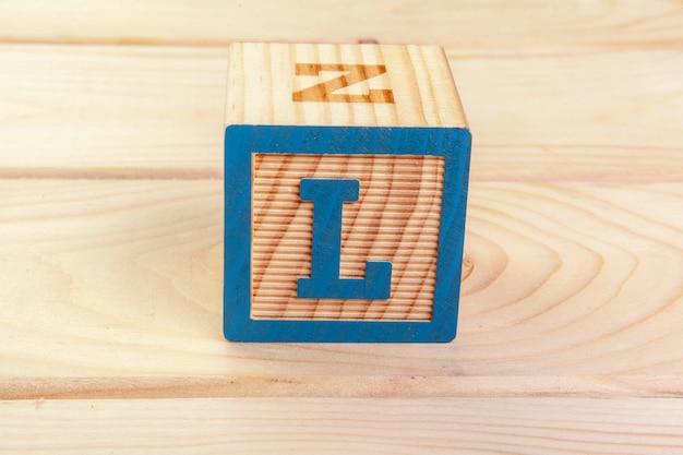 Alfabeto bloco de madeira deitar no chão de madeira