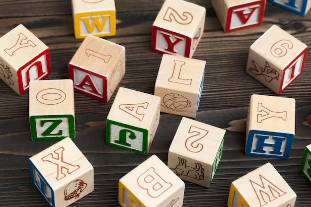 Alfabeto bloqueia abc na mesa de madeira.