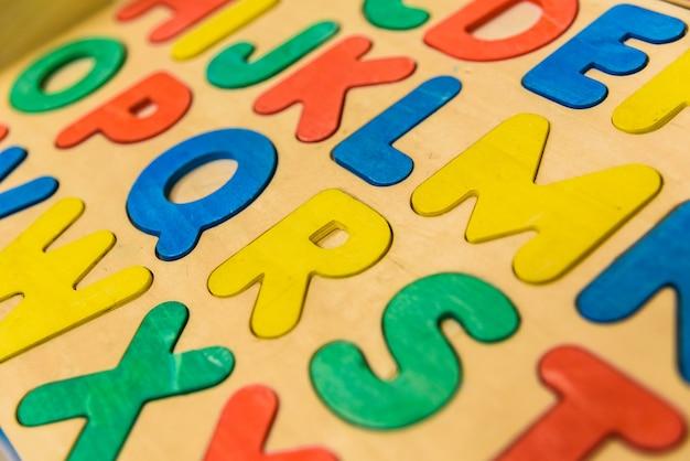 Alfabeto com letras de madeira na sala de aula de crianças.
