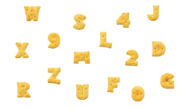 Alfabeto de biscoito em fundo branco isolado
