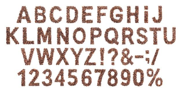 Alfabeto de café, fonte latina feita de grãos de café torrados, isolado no fundo branco