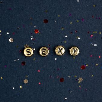 Alfabeto de contas de ouro com palavras sexy