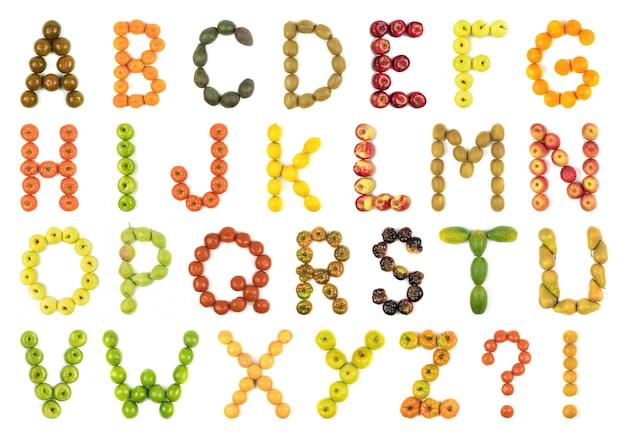 Alfabeto de letras formado com frutas de cores variadas