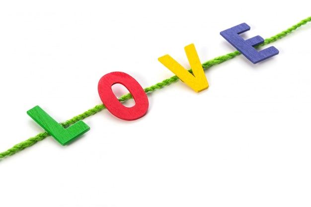 Alfabeto de madeira colorido e palavra de amor.