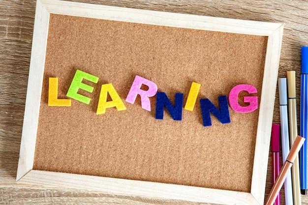 Alfabeto de palavra de aprendizagem no fundo da placa de pino