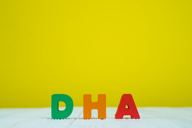 Alfabeto de texto dha no fundo da parede amarelo