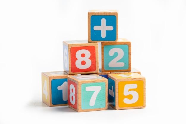 Alfabeto inglês colorido de madeira para a aprendizagem escolar de educação.
