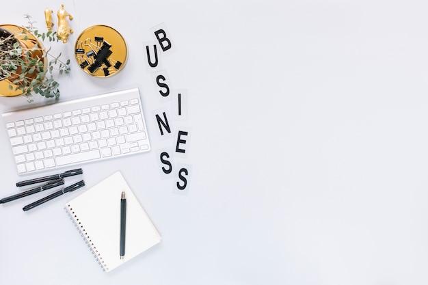 Alfabetos de negócios de palavra com teclado e papelaria no fundo branco