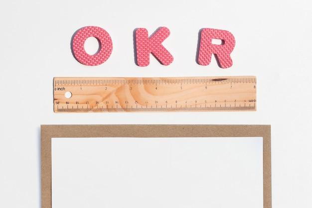 Alfabetos de quebra-cabeça okr com régua.