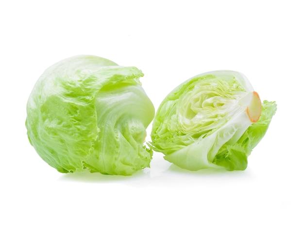Alface iceberg verde em branco