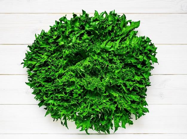 Alface orgânica fresca em uma mesa de madeira branca