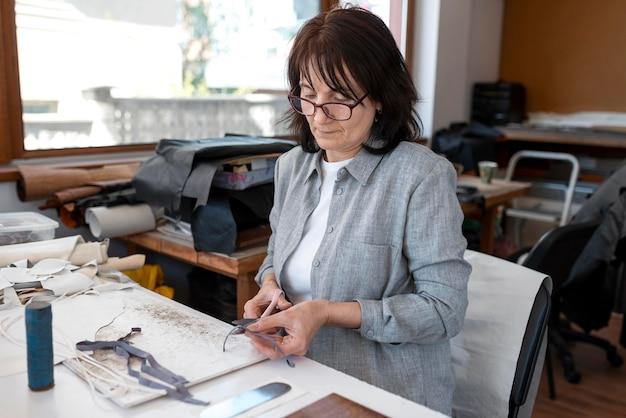 Alfaiate criativo trabalhando em uma oficina em um novo tecido