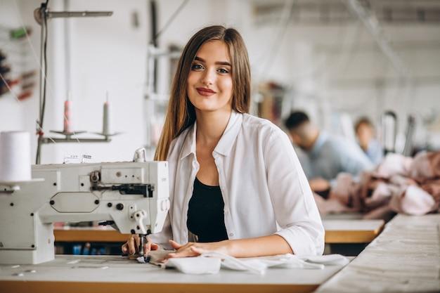 Alfaiate de mulher trabalhando na fábrica de costura