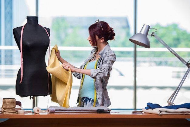 Alfaiate de mulher trabalhando na mesa dela