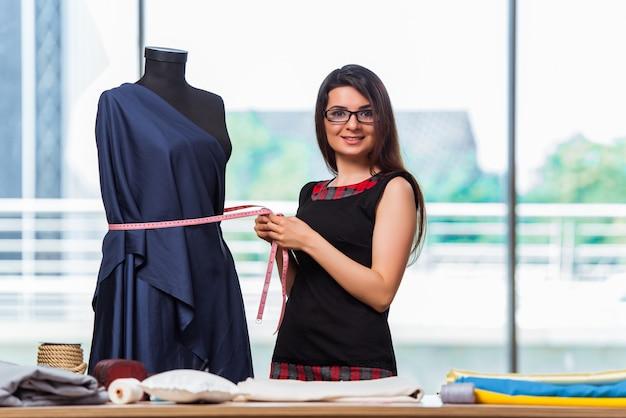 Alfaiate de mulher trabalhando na roupa nova