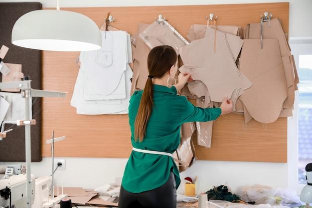 Alfaiate feminina trabalhando em ateliê moderno