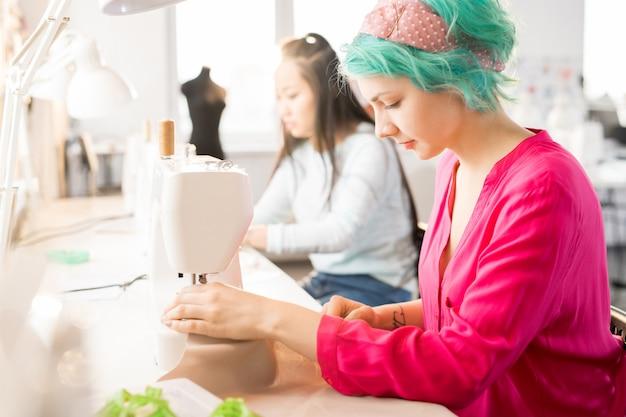 Alfaiate feminino criativo no atelier