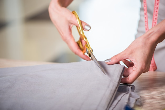 Alfaiate mãos trabalhando na roupa nova
