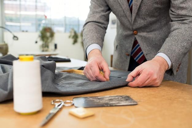 Alfaiate, trabalhando com jaqueta na oficina