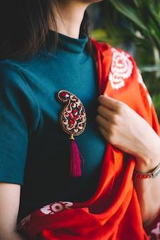 Alfinete de estilo oriental com pedras. foto de alta qualidade