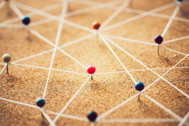 Alfinetes conectados por cordas