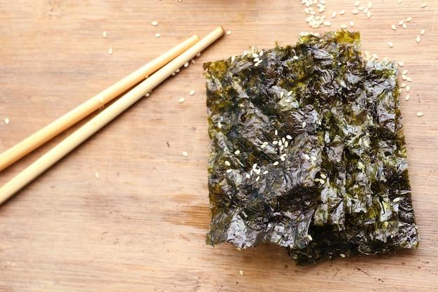 Alga seca crocante com gergelim