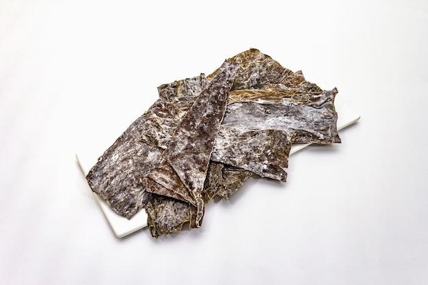 Alga seca do japonica do laminaria isolada. alga kombu, ingrediente tradicional japonês para cozinhar a sopa dashi.