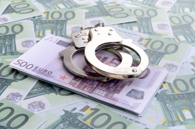 Algemas da polícia encontra-se em um conjunto de denominações monetárias verdes de 100 euros