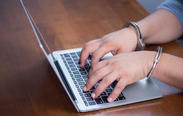Algemas de bloqueio de mão com laptop