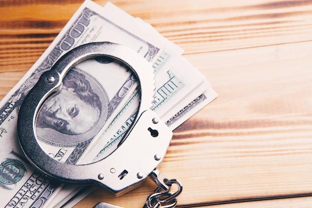 Algemas e dinheiro na mesa