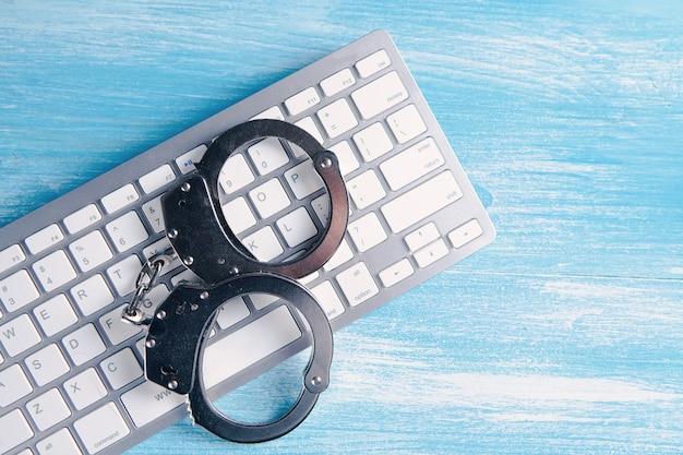 Algemas no teclado. cibercrime