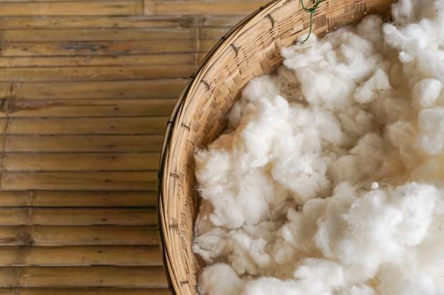 Algodão branco da fruta seca da sumaúma na cubeta.