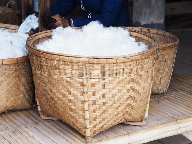 Algodão de seda branco em cesta de bambu