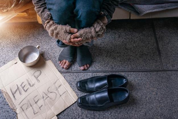 Alguém deu sapatos para pessoas desabrigadas