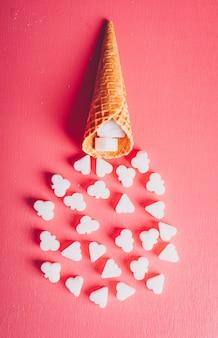 Algum açúcar branco em um waffle de sorvete, vista superior.
