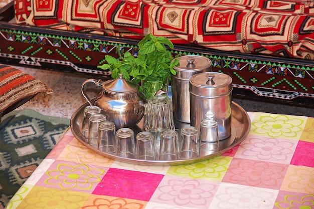 Alguma comida na casa berbere no deserto do saara, argélia
