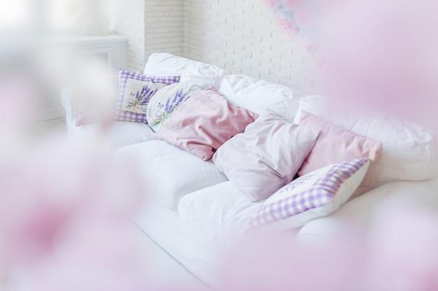 Algumas almofadas coloridas no sofá. lugar bonito e acolhedor para um sono repousante ou lazer.