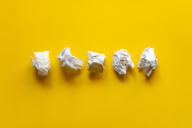 Algumas bolas de papel branco na mesa do escritório