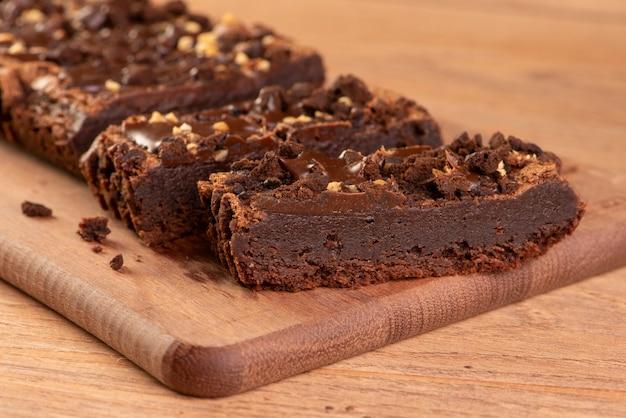 Algumas fatias de brownie na madeira.